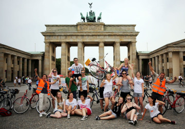 Berlin on Bike guided bike tour schoolgroup in front of Brandenburg Gate
