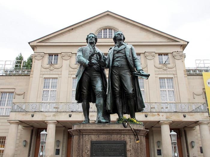 Shutterstock: Gothe und Schiller Statuen in Weimar