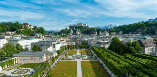 Tourismus-Salzburg: Mirabellgarten with view on Salzburg castle