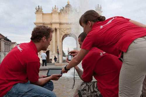 TeamPädagogik GmbH: Erlebnis Stadtralley Berlin - Teilnehmer mit Tablet