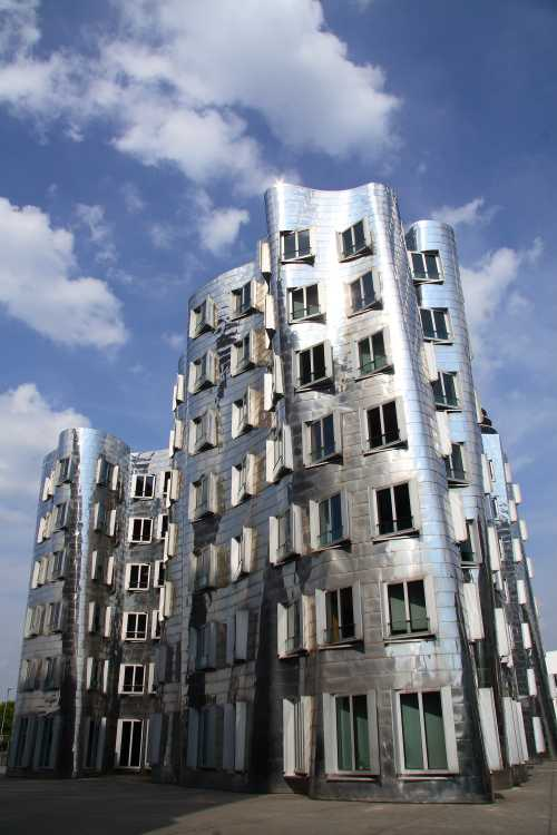 Shutterstock: Düsseldorf Media Harbour houses of the famous architect Gehry