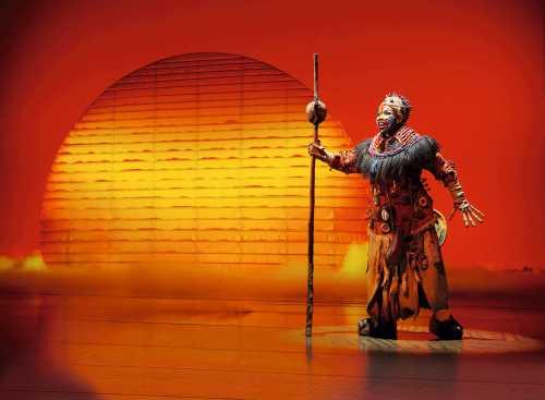 Stage Entertainment: Szene aus dem Musical König der Löwen Rafiki
