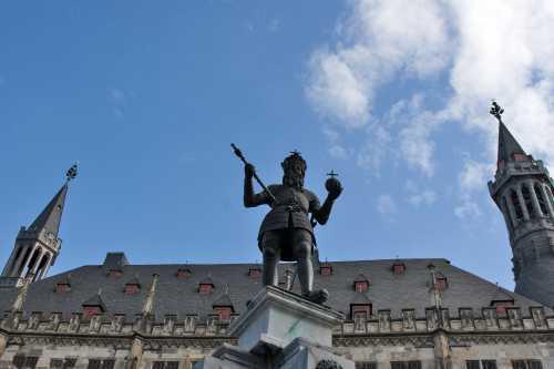 Shutterstock: Kaiser Karl Brunnen vor dem Aachener Rathaus
